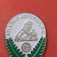 Coleccionismo deportivo: PINS DE FÚTBOL OFICIAL. ATLÉTICO ASTORGA CF. LEÓN. Lote 262054770