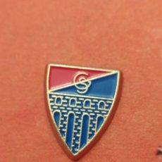 Coleccionismo deportivo: PINS DE FÚTBOL OFICIAL.GIGNASTICA SEGOVIANA. SEGOVIA CASTILLA Y LEÓN. Lote 262057000