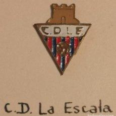 Coleccionismo deportivo: PIN FUTBOL - GIRONA - L'ESCALA - CD LA ESCALA. Lote 262346420