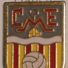 Coleccionismo deportivo: PIN FUTBOL - GIRONA - MAÇANET DE CABRENYS - CE MAÇANET. Lote 262349320