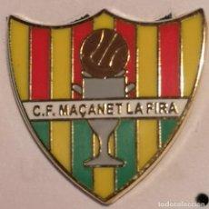 Coleccionismo deportivo: PIN FUTBOL - GIRONA - MAÇANET DE LA SELVA - CF MAÇANET LA FIRA. Lote 262349975