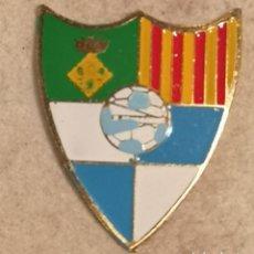 Coleccionismo deportivo: PIN FUTBOL - GIRONA - MAÇANET DE LA SELVA - UE MAÇANET. Lote 262350220