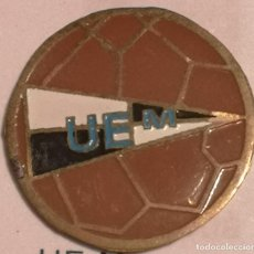 Coleccionismo deportivo: PIN FUTBOL - GIRONA - MAÇANET DE LA SELVA - UE MAÇANET. Lote 262510770