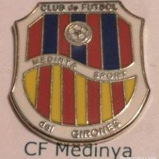 Coleccionismo deportivo: PIN FUTBOL - GIRONA - MEDINYÀ - CF MEDINYÀ. Lote 262510960