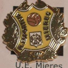 Coleccionismo deportivo: PIN FUTBOL - GIRONA - MIERES - UE MIERES. Lote 262511385