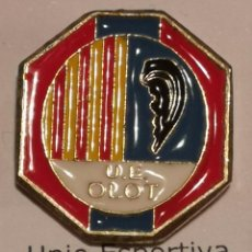 Coleccionismo deportivo: PIN FUTBOL - GIRONA - OLOT - UE OLOT. Lote 262512860