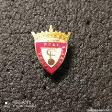 Coleccionismo deportivo: PIN PEÑA REAL JAEN - SAN BOI DE LLOBREGAT (BARCELONA). Lote 262653895