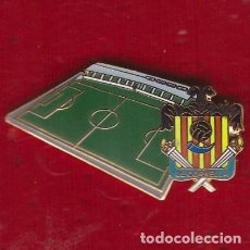 Coleccionismo deportivo: PIN ESTADIO DE FÚTBOL NOU CAMP MUNICIPAL ( CORNELLÁ ). Lote 277200468