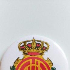 Coleccionismo deportivo: CHAPA DEL REAL CLUB DEPORTIVO MALLORCA - IMAN DE 58MM. Lote 263125225