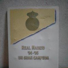 Coleccionismo deportivo: COLECCION PINS Y FICHAS REAL MADRID 94/95, UN GRAN CAMPEON. Lote 267637444