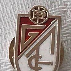 Coleccionismo deportivo: ANTIGUA INSIGNIA EQUIPO FUTBOL GRANADA ESMALTADA AL FUEGO DE SOLAPA, MIDE 2,1 CMS.. Lote 269189328
