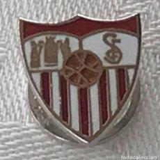 Coleccionismo deportivo: INSIGNIA DE SOLAPA DEL SEVILLA FUTBOL CLUB, ESMALTADA A FUEGO, MIDE 1,5 CMS.. Lote 269190478