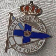 Coleccionismo deportivo: INSIGNIA DE SOLAPA DEL REAL CLUB DEPORTIVO LA CORUÑA, ESMALTADA A FUEGO, REALIZADA EN PLATA, MIDE 2. Lote 269191658