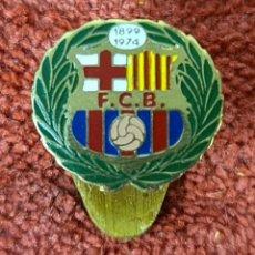 Coleccionismo deportivo: PIN EN METAL ESMALTADO. 75 ANIVERSARIO DEL FC BARCELONA. 1974.. Lote 269361173