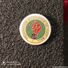 Colecionismo desportivo: PIN FEDERACION DE FUTBOL DE GUINEA. Lote 270947463