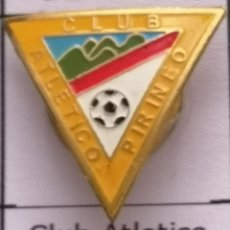 Coleccionismo deportivo: PIN FUTBOL - BARCELONA - CERDANYOLA DEL VALLÈS - CLUB ATLETICO PIRINEO - SOLAPA. Lote 275983873