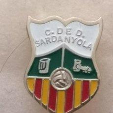 Coleccionismo deportivo: PIN FUTBOL - BARCELONA - CERDANYOLA DEL VALLÈS - CD DE SARDANYOLA. Lote 275983988