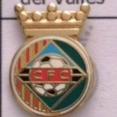 Coleccionismo deportivo: PIN FUTBOL - BARCELONA - CERDANYOLA DEL VALLÈS - CF CERDANYOLA. Lote 275984308