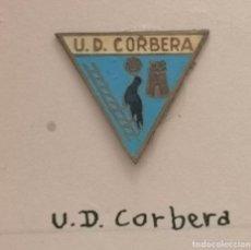Coleccionismo deportivo: PIN FUTBOL - BARCELONA - CORBERA DE LLOBREGAT - UD CORBERA. Lote 275984633