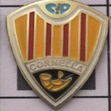 Coleccionismo deportivo: PIN FUTBOL - BARCELONA - CORNELLÀ DE LLOBREGAT - CD CORNELLÀ. Lote 276363993