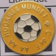 Coleccionismo deportivo: PIN FUTBOL - BARCELONA - CORNELLÀ DE LLOBREGAT - CF AA AA HOGARES MUNDET. Lote 276365173