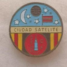 Coleccionismo deportivo: PIN FUTBOL - BARCELONA - CORNELLÀ DE LLOBREGAT - CF APOLO XI CIUDAD SATELITE - SOLAPA. Lote 276365848