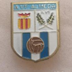 Coleccionismo deportivo: PIN FUTBOL - BARCELONA - CORNELLÀ DE LLOBREGAT - A VT ALMEDA - SOLAPA. Lote 276366333