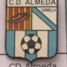 Coleccionismo deportivo: PIN FUTBOL - BARCELONA - CORNELLÀ DE LLOBREGAT - CD ALMEDA. Lote 276366638