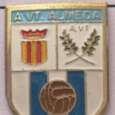 Coleccionismo deportivo: PIN FUTBOL - BARCELONA - CORNELLÀ DE LLOBREGAT - A VT ALMEDA. Lote 276367023