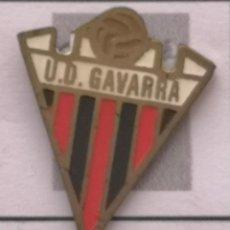 Coleccionismo deportivo: PIN FUTBOL - BARCELONA - CORNELLÀ DE LLOBREGAT - UD GAVARRA. Lote 276368208
