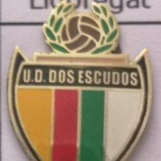 Coleccionismo deportivo: PIN FUTBOL - BARCELONA - CORNELLÀ DE LLOBREGAT - UD DOS ESCUDOS. Lote 276368653