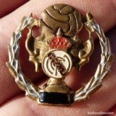 Collezionismo sportivo: ANTIGUA INSIGNIA O PIN DE AGUJA , DEL FUTBOL CLUB REAL MADRID , CHAPA DE BRONCE CON ESMALTE. Lote 276391388