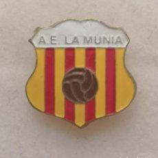 Coleccionismo deportivo: PIN FUTBOL - BARCELONA - LA MUNIA - AE LA MUNIA - SOLAPA. Lote 276613893