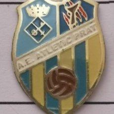 Coleccionismo deportivo: PIN FUTBOL - BARCELONA - EL PRAT DE LLOBREGAT - AE ATLETIC PRAT. Lote 276614098
