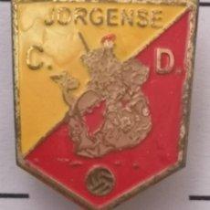 Coleccionismo deportivo: PIN FUTBOL - BARCELONA - EL PRAT DE LLOBREGAT - CD JORGENSE - SOLAPA. Lote 276614283