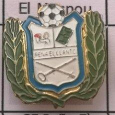 Coleccionismo deportivo: PIN FUTBOL - BARCELONA - EL PRAT DE LLOBREGAT - CF PEÑA EL LLANTO - SOLAPA. Lote 276614428