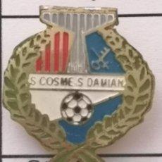 Coleccionismo deportivo: PIN FUTBOL - BARCELONA - EL PRAT DE LLOBREGAT - SAN COSME SAN DAMIAN - SOLAPA. Lote 276614958