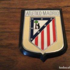 Coleccionismo deportivo: PLACA INSIGNIA DE COCHE ESCUDO ATLETICO DE MADRID. Lote 277015778