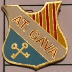 Coleccionismo deportivo: PIN FUTBOL - BARCELONA - GAVÀ - AT. GAVÀ. Lote 277114558