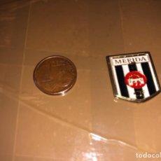 Coleccionismo deportivo: PIN EQUIPO DE FÚTBOL MÉRIDA. Lote 277498643