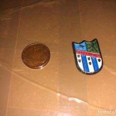 Coleccionismo deportivo: PIN EQUIPO DE FÚTBOL SONDIKA. Lote 277499013