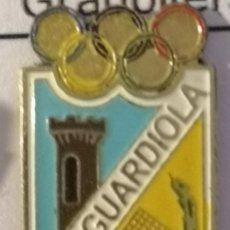 Coleccionismo deportivo: PIN FUTBOL - BARCELONA - GUARDIOLA DE BERGUEDÀ - UD GUARDIOLA. Lote 277668873