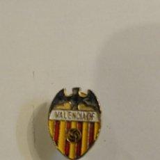 Coleccionismo deportivo: ANTIGUA INSIGNIA PIN DE OJAL SOLAPA ESMALTADO FUTBOL VALENCIA C.F. Lote 277701288