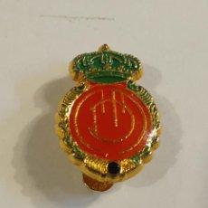 Coleccionismo deportivo: ANTIGUO PIN INSIGNIA DE SOLAPA - R.C.D. MALLORCA. Lote 277706153