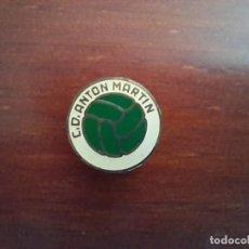 Coleccionismo deportivo: ESCUDO C. D. ANTON MARTIN CLUB DE FUTBOL. PIN, ANTIGUA INSIGNIA DE OJAL. Lote 279591923