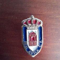 Coleccionismo deportivo: ESCUDO REAL AVILA C F CLUB DE FUTBOL. PIN, INSIGNIA PARA OJAL. Lote 279864123