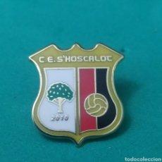 Coleccionismo deportivo: INSIGNIA DE FÚTBOL C. E. S'HOSCALOC BALEARES. Lote 287885568