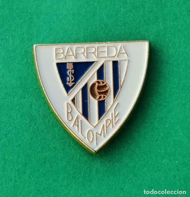 PIN DE FÚTBOL..... BARREDA SOLVAY BALOMPIE.... CANTABRIA (Coleccionismo Deportivo - Pins de Deportes - Fútbol)