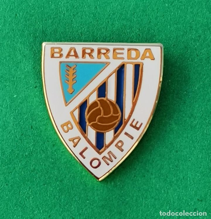 PIN DE FÚTBOL.... BARREDA BALOMPIE.... CANTABRIA (Coleccionismo Deportivo - Pins de Deportes - Fútbol)
