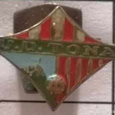 Coleccionismo deportivo: PIN FUTBOL - BARCELONA - TONA - UD TONA - SOLAPA. Lote 288015088
